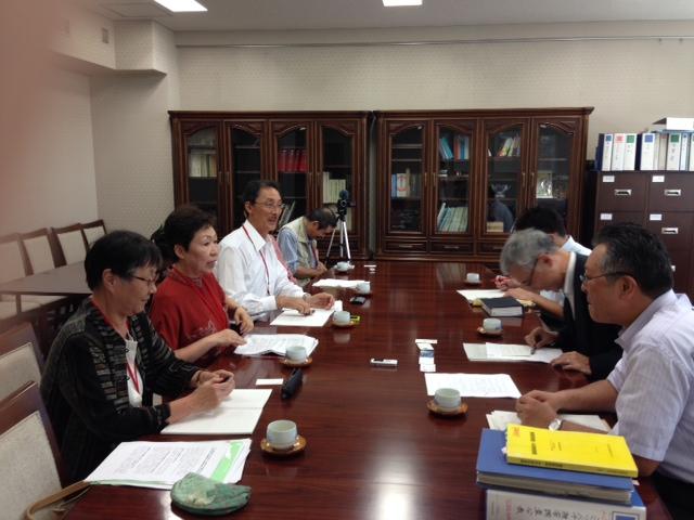 写真:小林局長(右から2人目)=9月26日、消費・安全局長室 撮影:グリーンピース